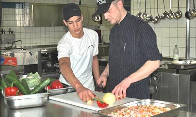Salatvorbereitung in der Küche
